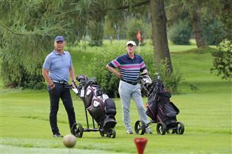 Zwei Männer am Golfplatz