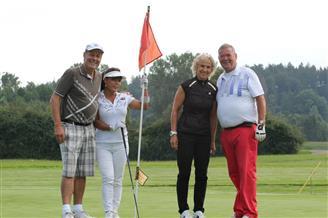 Zwei Paare am Golfplatz