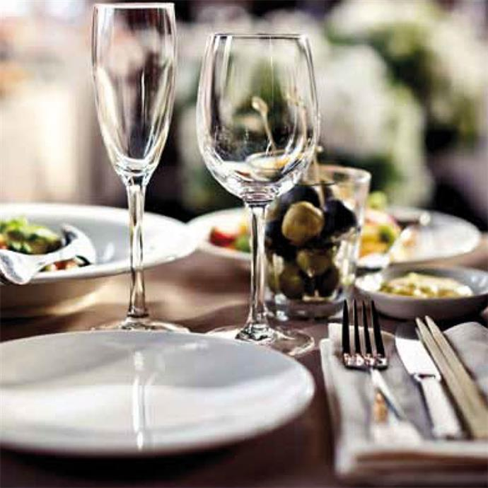 Dekorierter Tisch mit Speisen und Getränke
