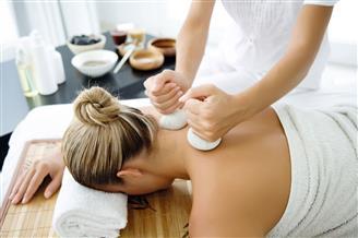 Frau bei Kräuterstempel Massage