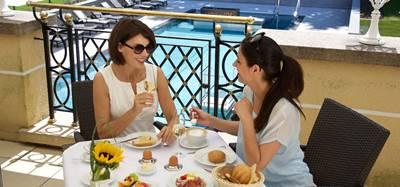 Zwei Frauen beim Frühstücken