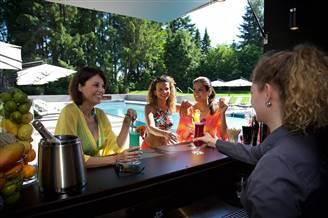 Frauen an der Cocktailbar