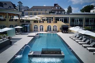 Infinity Pool mit Hotel im Hintergrund