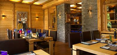 Enjoy your food in the modern atmosphere of a cosy cabin